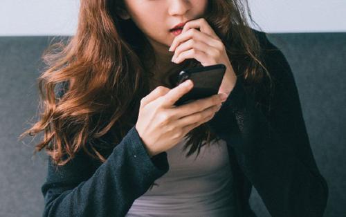 Kiểm tra tin nhắn của bạn trai cũ vì nghi bị 'cắm sừng', cô gái hoảng hốt tới mức phải gọi báo cảnh sát