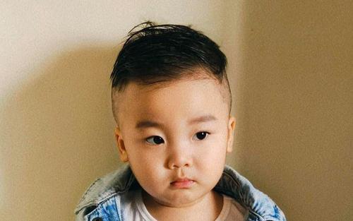 Hòa Minzy tự cắt tóc cho con trai ở nhà, tưởng được khen ai ngờ bị ông xã chê 'tơi bời'