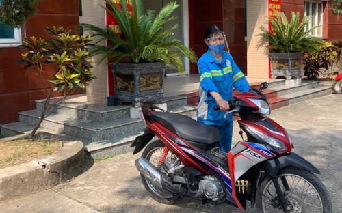 Nữ lao công bị 4 thanh niên cướp xe máy trong đêm ở Hà Nội vừa được tặng chiếc xe khác