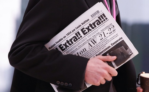 Túi xách trông như tờ báo của Louis Vuitton có giá gần 50 triệu VNĐ