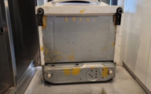 Mua tủ lạnh cũ về dùng, người đàn ông sửng sốt khi thấy thứ này dưới đáy tủ, lập tức gọi báo cảnh sát