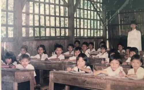 Loạt ảnh lớp học gắn liền với bao thế hệ 7X, 8X khiến nhiều người bồi hồi khi nhớ về