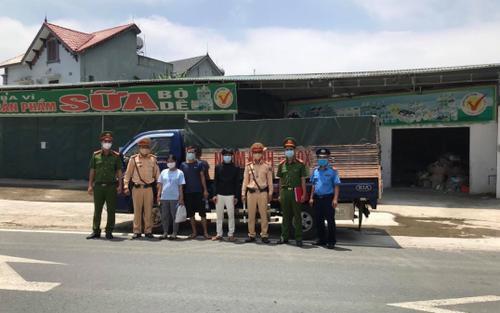Lợi dụng xe 'luồng xanh', tài xế xe tải chở người từ Hoà Bình qua Hà Nội đến Bắc Ninh