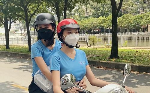 Hoa hậu Tiểu Vy, Á hậu Ngọc Thảo hóa shipper giao cơm cho tuyến đầu chống dịch