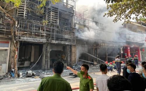 Nghi mâu thuẫn nợ nần, nhà chủ nợ bị ném bom xăng khiến 4 ngôi nhà ở Vĩnh Phúc 'chìm trong biển lửa'