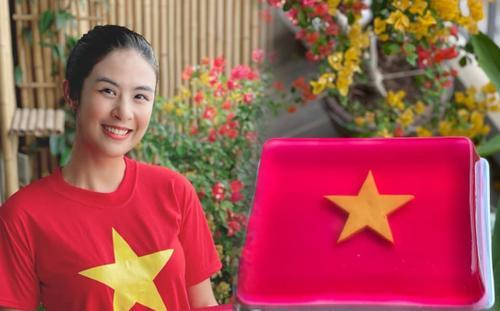 Hoa hậu Ngọc Hân trổ tài làm thạch dừa cờ đỏ sao vàng mừng Quốc khánh 2/9