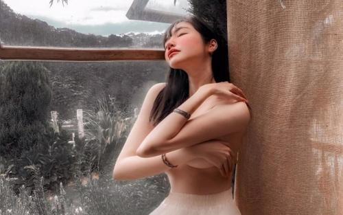 Elly Trần đăng ảnh bán nuy khoe đôi gò bồng đảo, netizen nghi ngờ 'hàng pha-ke'