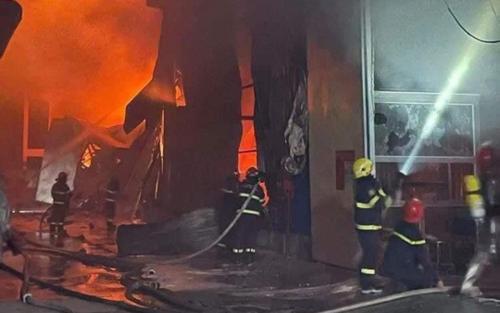 Hà Nội: Cháy nhà xưởng hơn 2000m2 ở Hoài Đức, huy động hơn chục xe chữa cháy, xin chi viện của thành phố