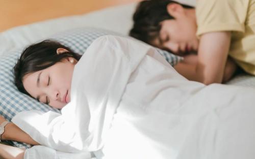 'Hometown Cha Cha Cha' tập 5: Shin Min Ah hóa bợm nhậu làm loạn khắp phố rồi qua đêm với Kim Seon Ho