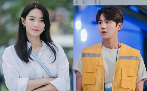 'Hometown Cha Cha Cha' tập 6: Shin Min Ah và Kim Seon Ho bật chế độ 'xanh lá' vì một nụ hôn