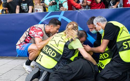 Ronaldo sút như búa bổ, hạ knock-out nữ nhân viên an ninh