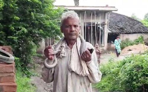 Người đàn ông tuyên bố miễn nhiễm với nọc độc và kết cục bi thảm sau khi để rắn quấn quanh cổ