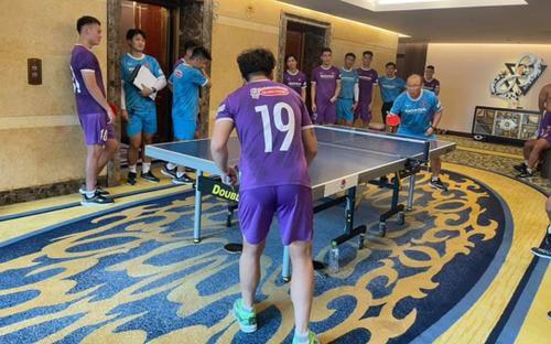 Thầy Park căng thẳng khi đấu bóng bàn với Quang Hải
