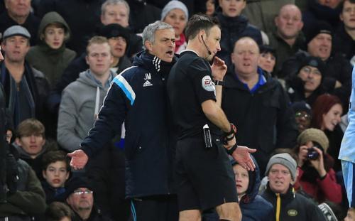Cựu trọng tài kể khoảnh khắc ném giày vào HLV Mourinho: 'Hãy cút khỏi phòng của tôi'