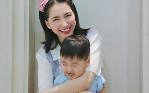 Quý tử nhà Hòa Minzy 'đốn tim' dân mạng khi động viên bác lao công
