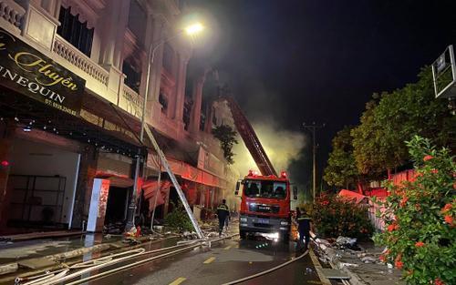 Hà Nội: Cháy lớn tại shop quần áo lúc rạng sáng ở khu biệt thự Ninh Hiệp