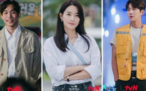 'Hometown Cha Cha Cha' tập: Mặc kệ người thứ ba, Shin Min Ah và Kim Seon Ho vẫn 'bắn thính' tung tóe