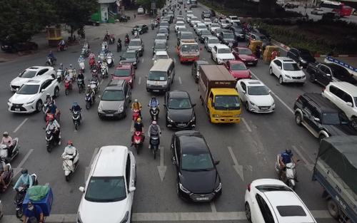 Đường phố Hà Nội lại tấp nập, ùn ứ trong ngày đầu tuần