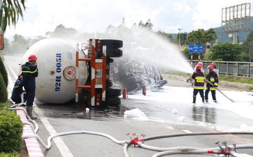 Xe bồn chở 20 tấn gas bất ngờ lật tại cầu vượt ở Đà Nẵng, nguy cơ cháy nổ rất cao