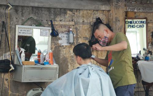 Hà Nội chính thức áp dụng Chỉ thị 15, cửa hàng ăn uống được bán mang về, tiệm tóc được mở lại