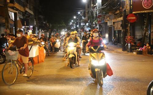 Phố cổ Hà Nội đông kín người xuống đường trước giờ nới lỏng giãn cách xã hội