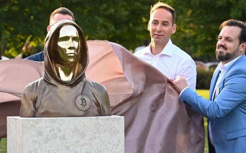 Tượng cha đẻ bitcoin được ra mắt tại công viên ở Hungary