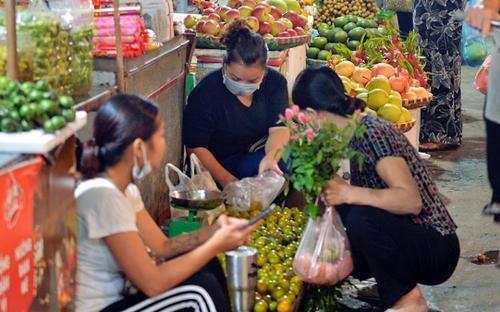 Người dân Hà Nội tấp nập đi chợ từ tờ mờ sáng trong ngày đầu nới lỏng giãn cách