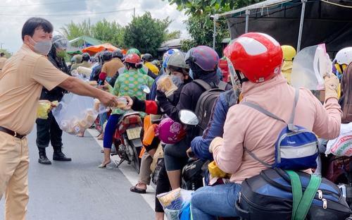 CSGT tặng bánh mì cho đoàn người đi xe máy về quê