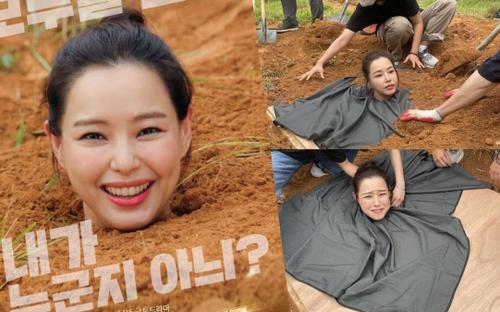 Hoa hậu Honey Lee 'độn thổ' chụp poster phim, biểu cảm lầy lội khiến fan không nhịn được cười!