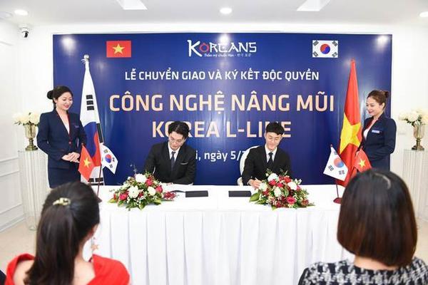 Đại diện Chủ đầu tư Hàn Quốc trong buổi chuyển giao công nghệ Nâng mũi Korea L-Line độc quyền cho Viện thẩm mỹ Koreans tại Việt Nam.