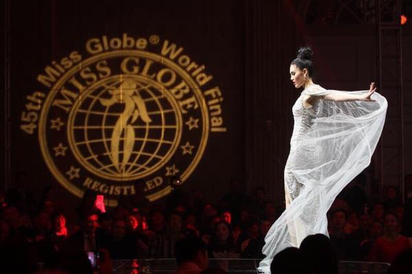 """Miss Globe Asia"""" - danh hiệu này được xem là thành tích đầu tiên của Tuyết Trần tại cuộc thi quốc tế."""