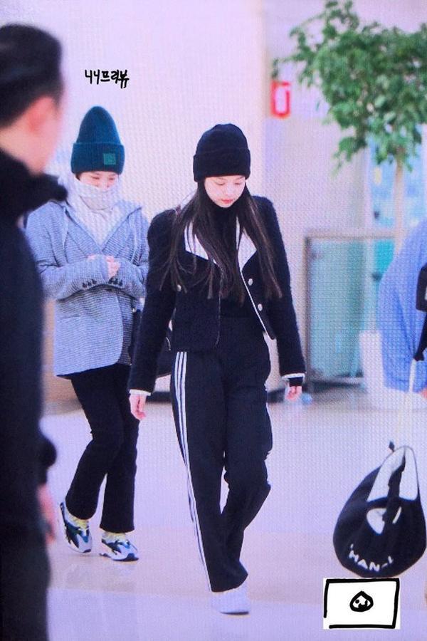 Chỉ với quần thể thao, áo khoác, đội mũ len, Jennie tỏa sáng rực rỡ tại sân bay với phong cách thời trang ấn tượng.