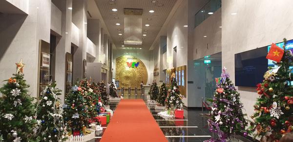 Đây là những tác phẩm cây thông Noel dự thi VTV Colourful Christmas 2018 được trưng bày thành hàng cây Noel đặt tại sảnh tòa nhàTrung tâm Đài THVN từ ngày 21/12/2018 đến ngày 01/01/2019 chào mừng Giáng sinh và năm mới.