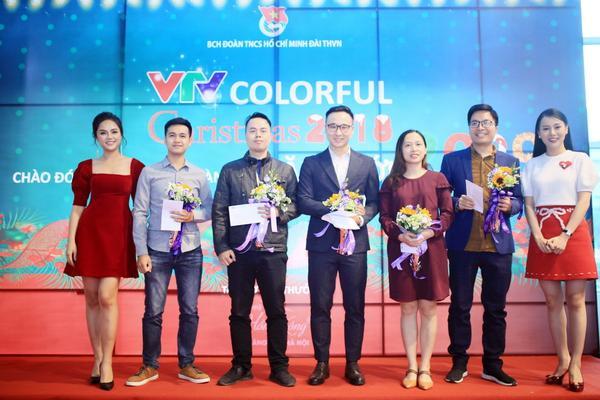 Thu Quỳnh, Phương Oanh trao phần thưởng cho đại diện các đơn vị thi