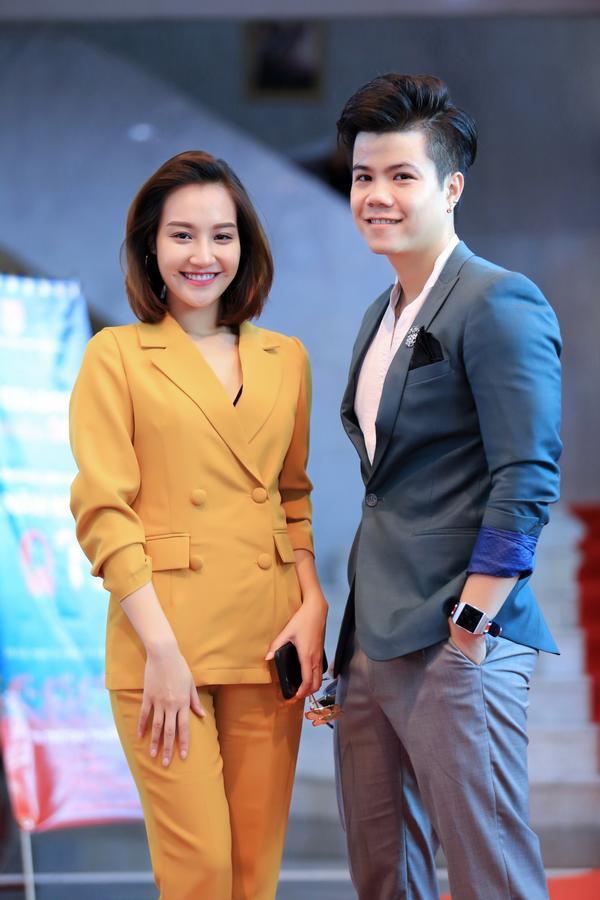 Ca sĩ Thu Thủy, quán quân Sao Mai Điểm Hẹn 2017 cũng góp mặt trong phần đánh giá cuộc thi VTV Colorful Christmas 2018 này.