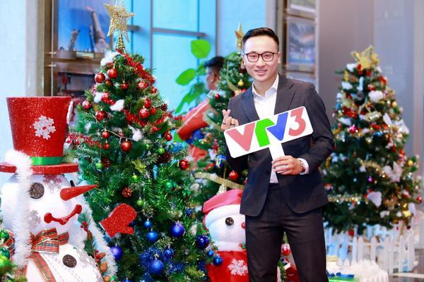 MC Quốc Duy thích thú đứng chụp hình tại tác phẩm của ban đoàn VTV3 nơi anh đang làm việc.