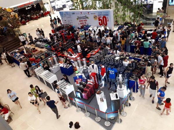 Sự kiện sale hàng hiệu luôn thu hút đông đảo khách hàng.