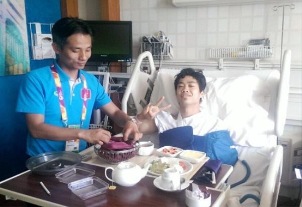 Bác sĩ Nguyễn Trọng Thủy đã hết mình điều trị, chăm sóc cho Công Phượng ở Qatar