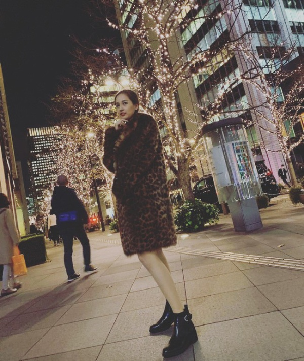 Mai Phương Thúy diện áo khoác lông ấm áp họa tiết da beo cùng đôi boots da đen cổ ngắn dạo phố tại Tokyo.