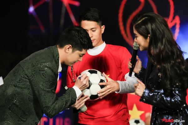Khoảnh khắc ký tặng lên trái bóng cho Trung vệ Trần Đình Trọng.