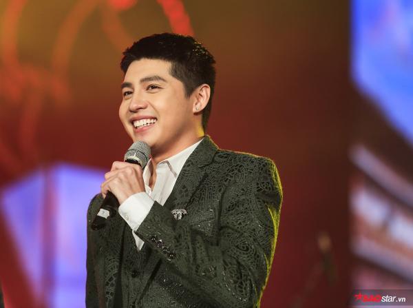 Noo Phước Thịnh vẫn vô cùng rạng rỡ khi di chuyển đến sự kiện âm nhạc thứ hai ngay trong đêm.
