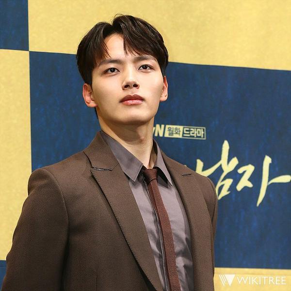 Yeo Jin Goo giống như một oppa và là một vị vua thực sự khi quay The Crowned Clown