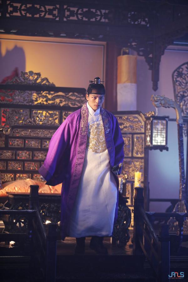 Hút hồn trước đôi mắt quyến rũ, nụ cười tỏa nắng của Yeo Jin Goo tại hậu trường The Crowned Clown