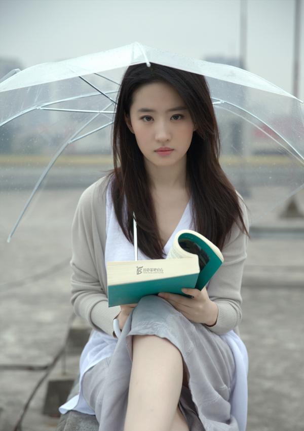 """Cô ấy làm nhớ đến nhân vật do Son Ye Jin đảm nhận vai chính trong phim điện ảnh """"Em sẽ đến cùng cơn mưa""""."""