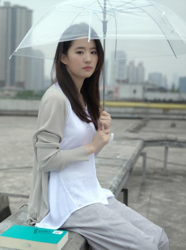 Cư dân mạng Trung bất ngờ phản ứng tiêu cực trước bộ ảnh Thần tiên tỷ tỷ Lưu Diệc Phi đến cùng cơn mưa