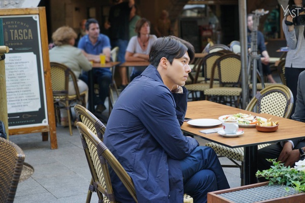 Chúng ta hãy nhìn vào Hyun Bin chứ đừng lạc hướng để nhìn vào điểm tâm của anh ấy nhé!