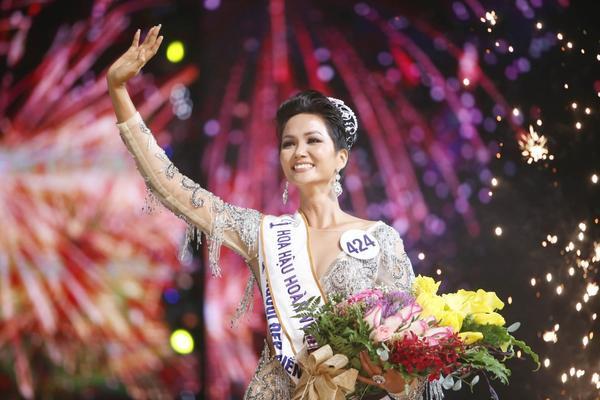 Giây phút đăng quang của Hoa hậu H'Hen Niê.