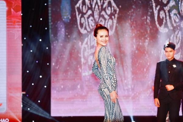 Á khôi 1 Cao Tuyết trên sân khấu Miss Hutech.