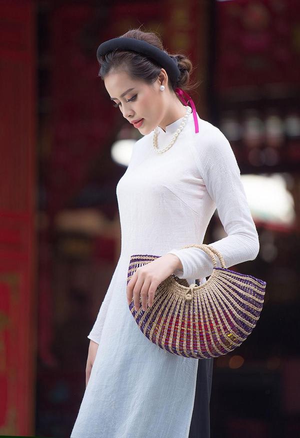 Cao Tuyết xinh đẹp và sang trọng trong bộ áo dài truyền thống.