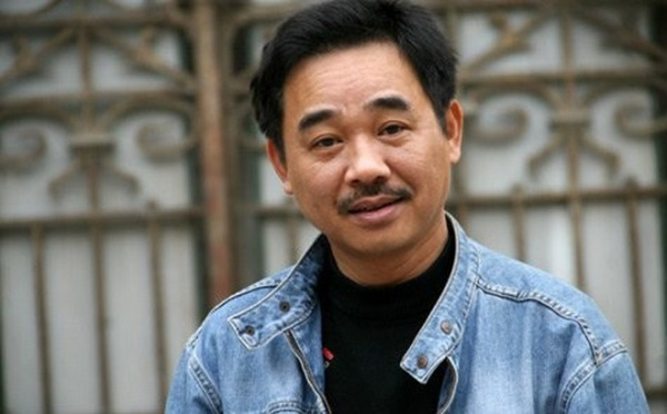 """Quốc Khánh không sinh ra trong một gia đình có truyền thống nghệ thuật nhưng anh lại """"ăn cơm sân khấu"""" đến hơn 30 năm qua. Những vai diễn của anh luôn để lại rất nhiều ấn tượng tốt đẹp trong lòng công chúng."""